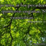 Proverbios 1:10 Hijo mío, si los pecadores te quisieren engañar,